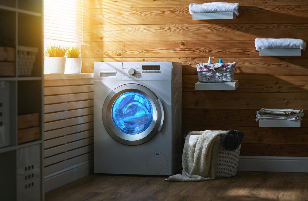 Een was-droogcombinatie aan het wassen en drogen